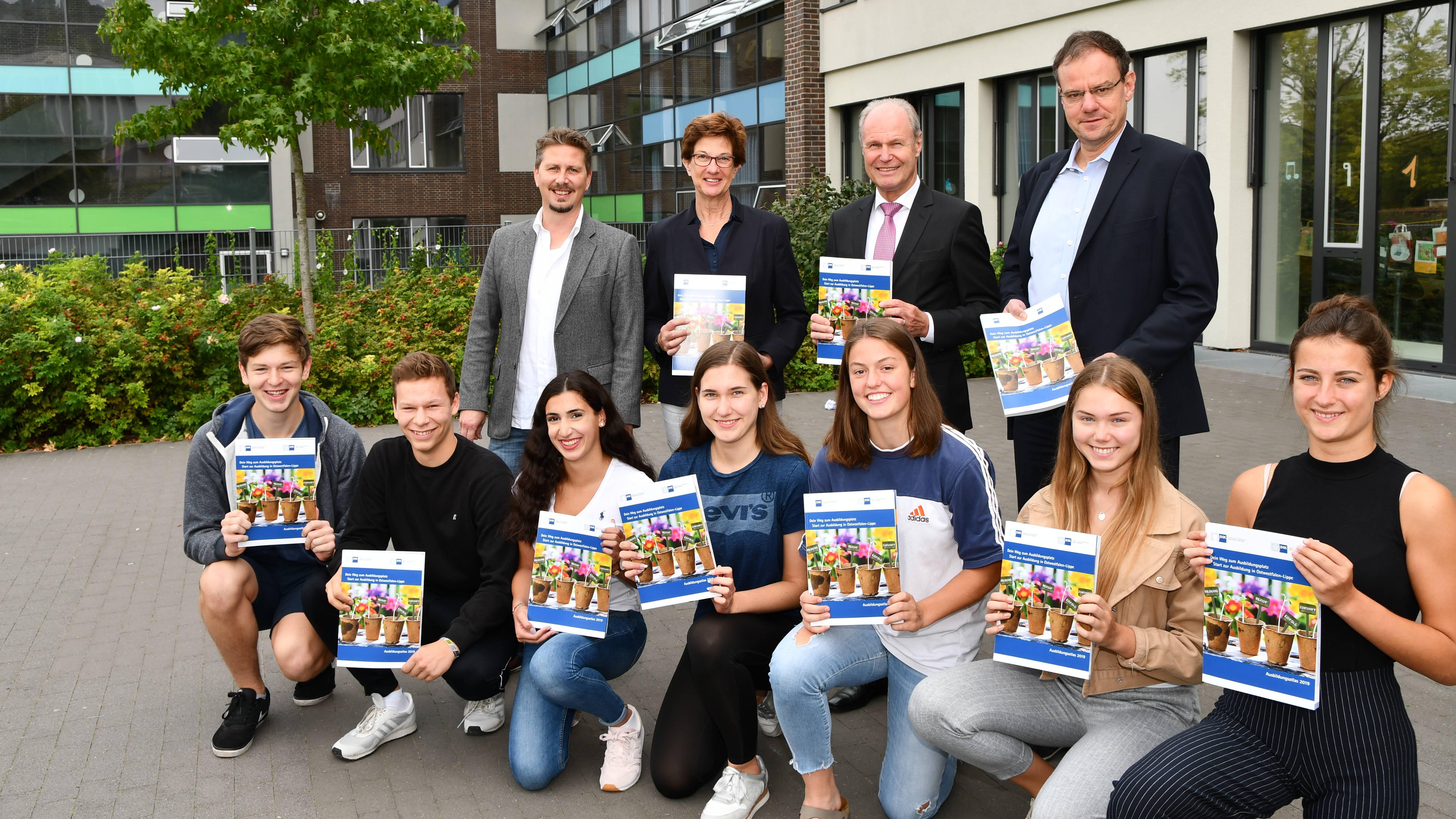 Übergabe IHK-Ausbildungsatlas MPG Bielefeld