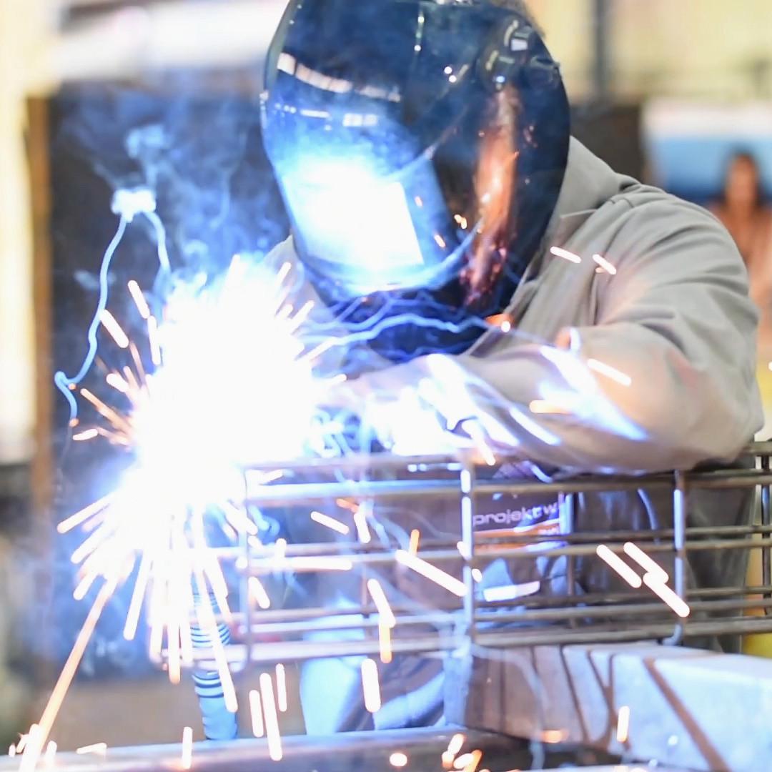 Dennis Niedra macht eine Ausbildung zum Konstruktionsmechaniker bei projekt w - Systeme aus Stahl in Salzkotten